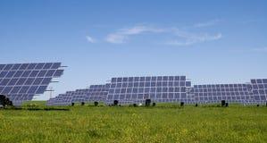 Painéis solares no campo Fotos de Stock Royalty Free