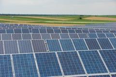Painéis solares no campo do país imagens de stock