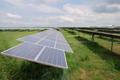 Painéis solares no campo verde Foto de Stock Royalty Free
