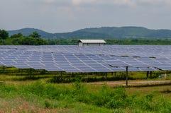 Painéis solares no campo verde Fotografia de Stock