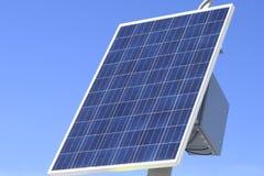 Painéis solares no fundo brilhante do céu azul Foto de Stock Royalty Free
