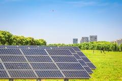 Painéis solares no parque da cidade moderna Imagens de Stock Royalty Free