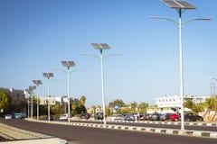 Painéis solares no polo bonde para iluminar-se na estrada no ci Imagem de Stock Royalty Free