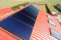 Painéis solares no telhado. Fotografia de Stock