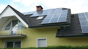 Painéis solares no telhado video estoque