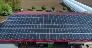 Painéis solares no telhado da casa, a extração da eletricidade pelos painéis solares, central elétrica de energias solares pessoa filme