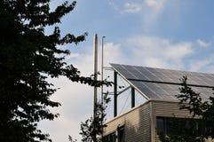 Painéis solares no telhado de um prédio de escritórios imagem de stock