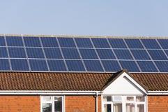 Painéis solares no telhado do edifício fotografia de stock royalty free
