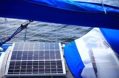 Painéis solares no veleiro Energia renovável do eco Imagens de Stock Royalty Free