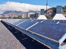 Painéis solares ou células solares no telhado foto de stock royalty free