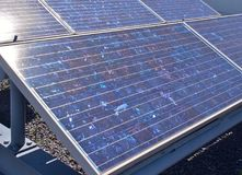 Painéis solares ou células solares policristalinas do silicone no telhado Foto de Stock