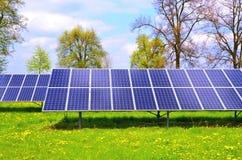 Painéis solares, painéis fotovoltaicos e um dia ensolarado fotografia de stock