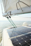 Painéis solares que cobram baterias a bordo do barco de vela Imagem de Stock