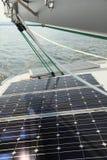 Painéis solares que cobram baterias a bordo do barco de vela Fotografia de Stock Royalty Free