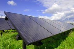 Painéis solares - utilizando a energia altenative com as energias solares distribuídas Fotos de Stock Royalty Free