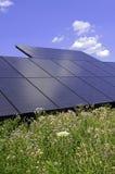 Painéis solares - utilizando a energia altenative com as energias solares distribuídas Imagem de Stock