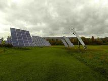 Painéis solares vivos verdes Fotografia de Stock Royalty Free