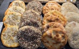 Pain arabe de tradition - pain pita aux oignons, au sésame et au tournesol photos stock