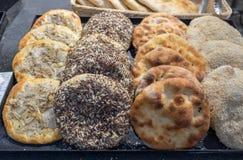 Pain arabe de tradition - pain pita aux oignons, au sésame et au tournesol images libres de droits