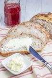 Pain aux noix de blé entier avec le fromage fondu photos libres de droits