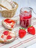 Pain aux noix de blé entier avec le fromage fondu et la confiture de fraise photographie stock