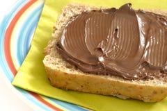Pain avec de la crème de chocolat Image stock
