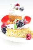Pain avec de la crème et le gâteau fouettés avec le givrage Photo stock