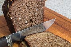 Pain avec des écrous et un couteau gravé Image stock