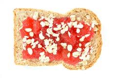 Pain avec des baies de fraise de confiture Image libre de droits