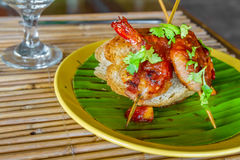Pain avec des crevettes roses et des légumes, fruits de mer Photographie stock