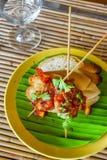 Pain avec des crevettes roses et des légumes, fruits de mer Photo libre de droits