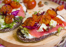 Pain avec des saumons et des légumes Image libre de droits