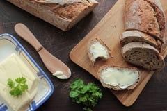 Pain avec du beurre images stock