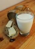 Pain avec du beurre et le lait Images libres de droits