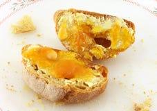 Pain avec du beurre et miel ou confiture d'oranges photo stock