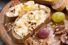 Pain avec du beurre, le miel et des écrous, plan rapproché Images stock