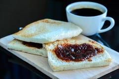 Pain avec la confiture sur le backgrond en bois et l'americano chaud, café noir Image libre de droits