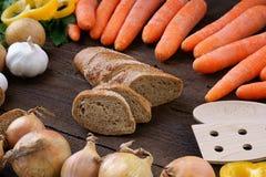 Pain avec les légumes frais sur la table Image libre de droits