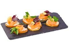 Pain avec les tranches de poissons saumonées sur un pain traité avec de la sauce Photos stock