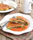 Pain azyme Brei qu'une recette juive des biscuits amortis de pain azyme a fait frire avec des oeufs, champignons, oignons et anet Images stock