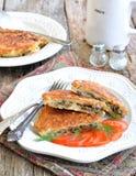 Pain azyme Brei qu'une recette juive des biscuits amortis de pain azyme a fait frire avec des oeufs, champignons, oignons et anet Photographie stock libre de droits