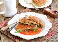 Pain azyme Brei qu'une recette juive des biscuits amortis de pain azyme a fait frire avec des oeufs, champignons, oignons et anet Photo libre de droits