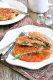 Pain azyme Brei qu'une recette juive des biscuits amortis de pain azyme a fait frire avec des oeufs, champignons, oignons et anet Images libres de droits