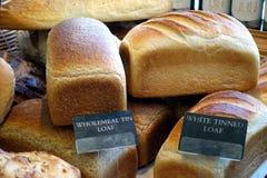 Pain bidon blanc, et pain complet de bidon, en vente dans une boulangerie photos libres de droits