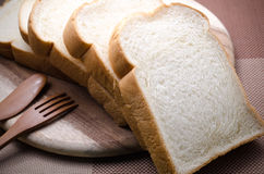 Pain blanc à manger pendant le matin Image stock