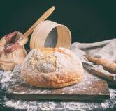 Pain blanc cuit au four de blé de rond sur un conseil en bois brun image libre de droits