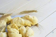 Pain blanc de boulangerie sur le fond blanc Image libre de droits