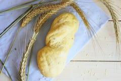 Pain blanc de boulangerie sur le fond blanc Photos stock