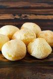 Pain brésilien de fromage de casse-croûte (pao de queijo) dans la table en bois Photos libres de droits