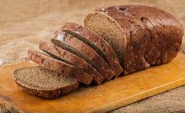Pain brun coupé en tranches de pain Photos libres de droits